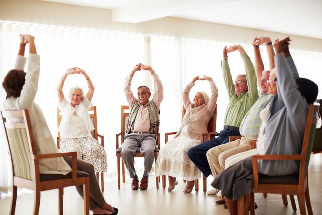 séance de yoga sur chaise en maison de retraite